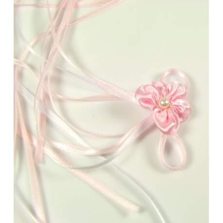 Roze corsage met linten.