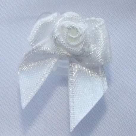 Wit roosje met strikje op clip