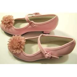 Gladde roze schoen met hakje en bloem